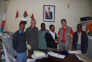 Poignée de main avec le maire de Mandialaza