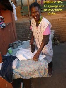 humanite-madagascar-2017-orphelinat-repassage-fer-a-charbon-de-bois